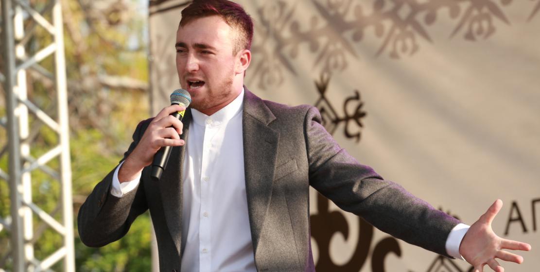 في الصورة: مغني من الأباظة سلطان لاغوتشيف