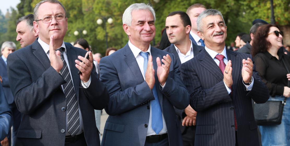 في الصورة ، من اليسار إلى اليمين: نائب رئيس أبخازيا أصلان بارتسيتس ، رئيس أبخازيا راؤول خادجيمبا ورئيس المجلس الاعلى للكونغرس موسى إيكزيكوف.