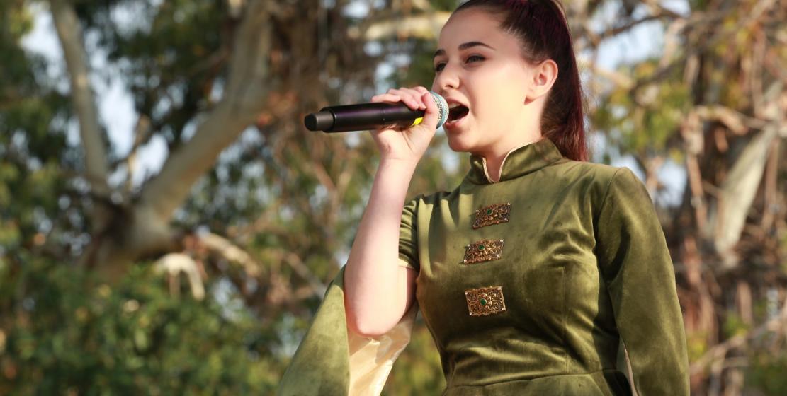 شاركت في الحفل سعيدة عزيزوفا ، الفائزة في مسابقة الصوت