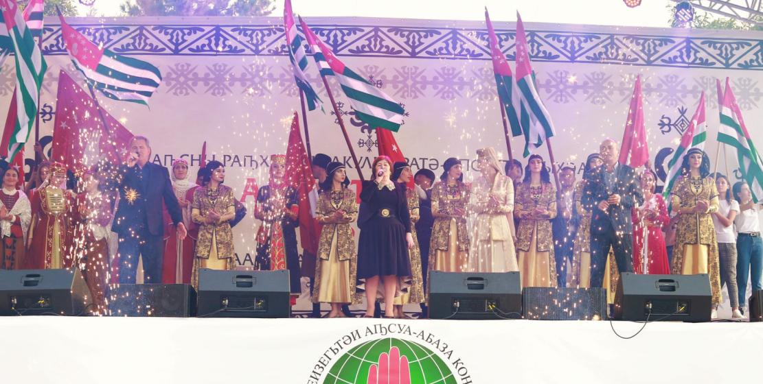 """Abhazya Halk Sanatçısı Lyudmila Gunba, Zaur Zuhba ve Ruslan Koncaria «Итбауп адунеи» """"İtbaaup Aduney"""" (Abhazca – Büyük dünya) adlı final şarkısını seslendirdiler."""