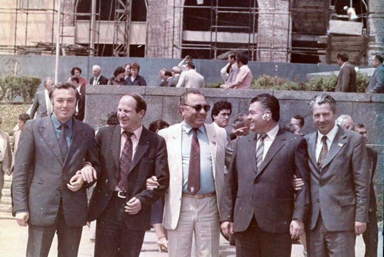 На фото слева направо: Адольф Шамба, Рудик Кишилава, Энвер Капба, Владимир Хишба, Пач Барцыц у здания Совмина в Сухуме