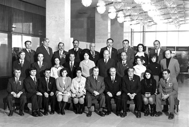 Энвер Капба (третий справа в верхнем ряду), 1977 год