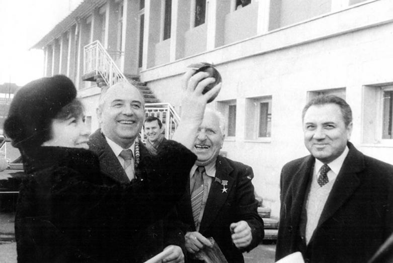 На фото слева направо: Раиса Горбачева, Михаил Горбачев, Энвер Капба, Пицунда, 1987 год, фото Валерия Меликяна