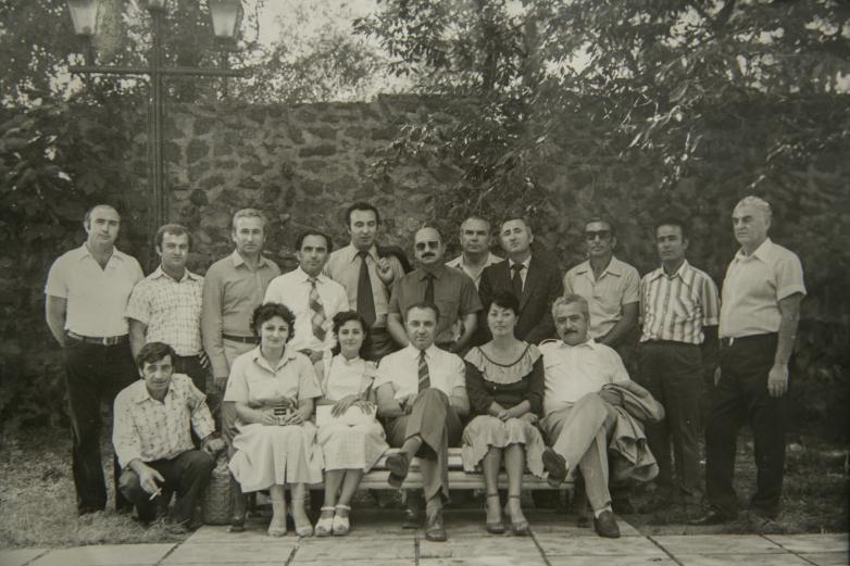 Энвер Капба (четвертый слева в первом ряду) с коллективом Объединения пансионатов курорта Пицунда