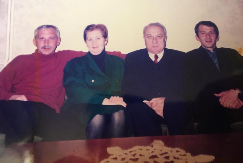 Энвер Капба и Изольда Званбая-Капба с сыновьями - Тимуром (слева) и Нури (справа)