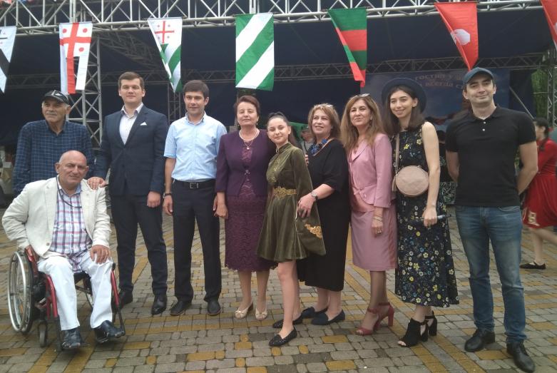 Участники Дня культуры народа абаза в парке «Зеленый остров» в городе Черкесск, 2019 год