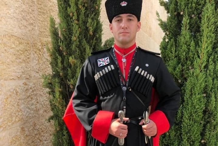 Шараф Эддин, младший сын Азиза Абаза (Мхце), служит в королевской гвардии Иордании