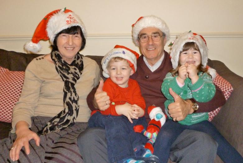 Заира Хибба и Джордж Хьюитт с внуками Софией и Александром во время Рождества, 2013 год