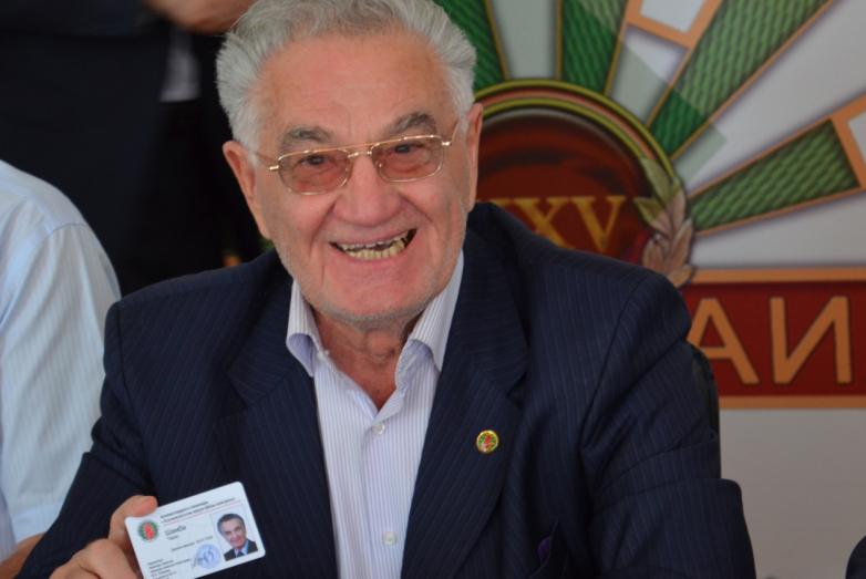 Тарас Шамба с новым удостоверением члена ВААК