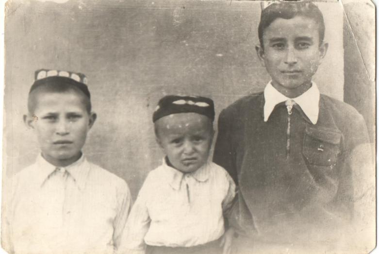 Заудин Хунов (крайний справа) с братьями Рамазаном и Ращидом Дагужиевыми в Средней Азии