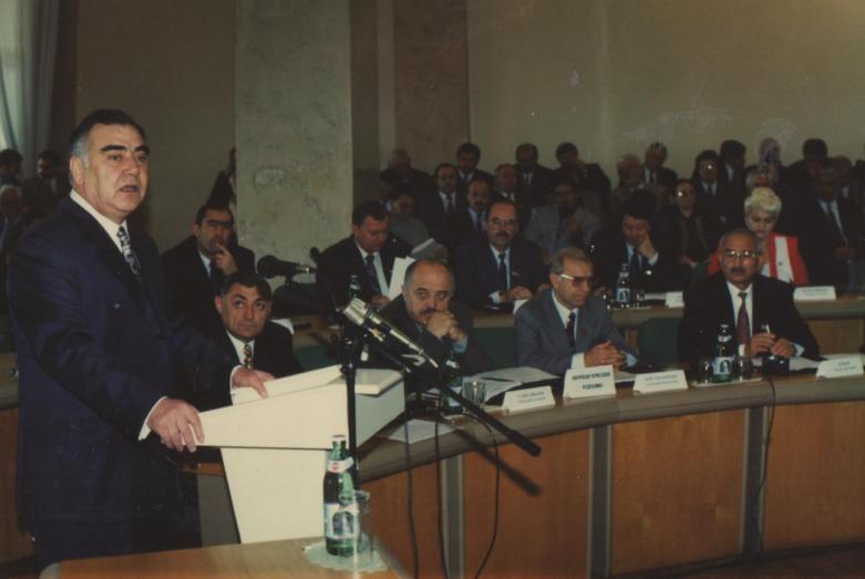 Заудин Хунов (крайний справа) на заседании Межпарламентского совета во время выступления главы КБР Кокова Валерия, Нальчик, 1997 год