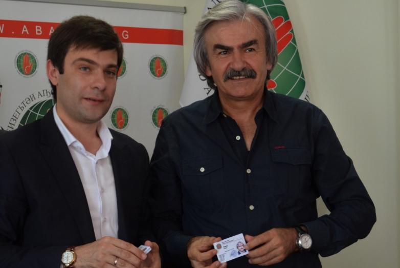 Инар Гицба вручил Ахмету Хапат новое удостоверение члена ВААК