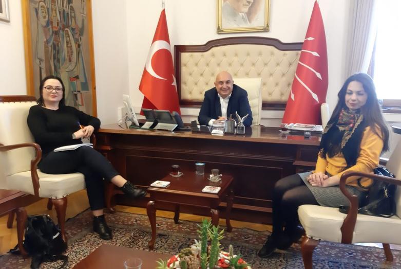 Во время встречи с депутатом парламента Турции Энгином Папба. На фото слева направо: Саида Жиба, Энгин Папба, Эдже Трапш