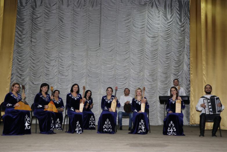 Выступление ансамбля «Апхьарца» на сцене