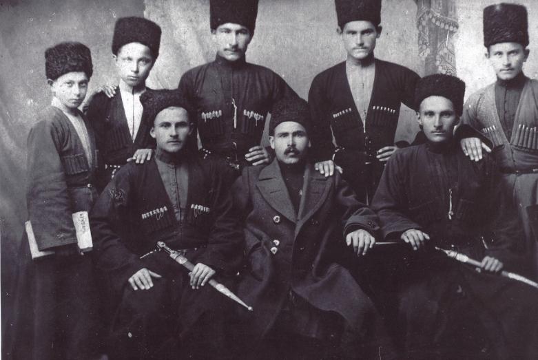 Medrese yılları: fotoğrafta: İsmel Bemurza (ilk başta solda oturuyor) ve Tatlustan Tobıli (soldan birinci, ayakta)