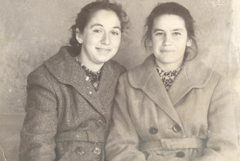 İsmel'in kız kardeşi Kseniya Bıc (sağda), yatılı okul yıllarında