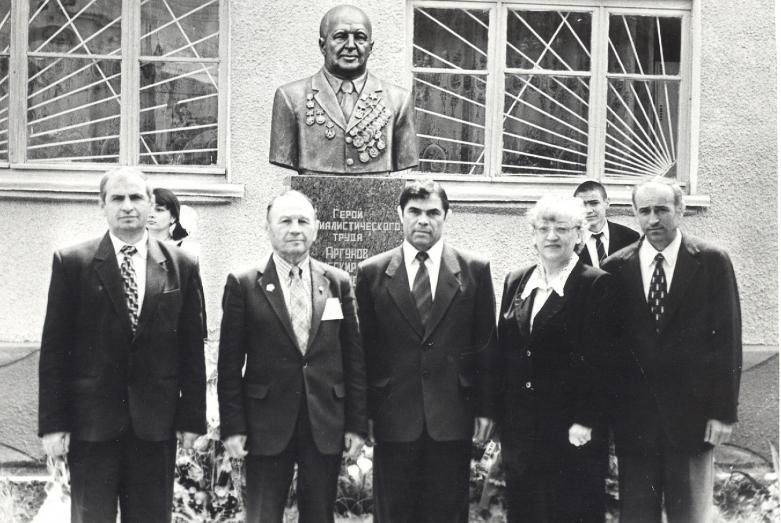 С соратниками по партии на открытии памятника Герою Соцтруда Абубекиру Аргунову