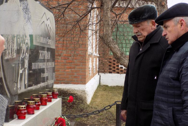 Pologrudovo köyünde Siyasi Baskı Kurbanları Anıtı'nın açılışında. Fotoğraftakiler: İsmel Bıc ve KÇC Gaziler Konseyi Başkanı Nikolay Thakuşın