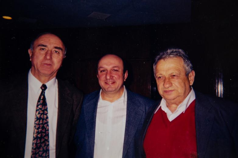 في الصورة من اليمين إلى اليسار: أليكسي غوغوا ودينيس تشاتشخاليا في لقاء مع الشتات الأبخازي في موسكو - الالفية الثانية