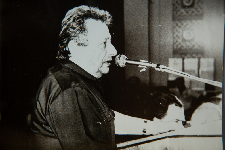 "Alexey Gogua at the presentation of the ""Aidgylara"" Forum, 1989, photo by Vitaly Ketsba"