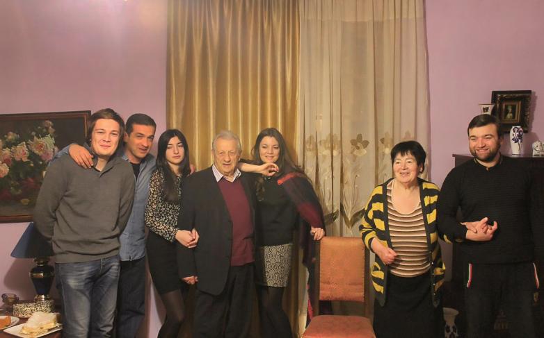 أليكسي نوتشيفيتش مع عائلته. في الصورة من اليسار إلى اليمين: الحفيد أرزاميت بازبا ، الابن دميتري ،الحفيدة إينارا تانيا ، أليكسي غوغوا ، الحفيدة لانا بازبا ، الزوجة إيتيري تاربا والحفيد نارتانيا