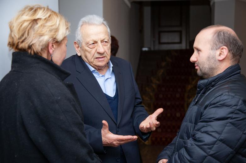 حضور العرض المسرحي  الأول في مسرح سامسون تشانبا الأبخازي للدراما ، في الصورة من اليسار إلى اليمين: آدا كفيرايا (ملتفتة) وأليكسي غوغوا ودجامبول جوردانيا
