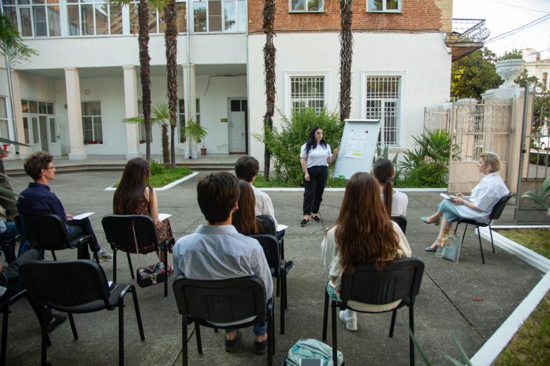 Tartışma kulübü uzmanlarla toplantıları tamamladı ve projelerin ele alınması aşamasına başladı