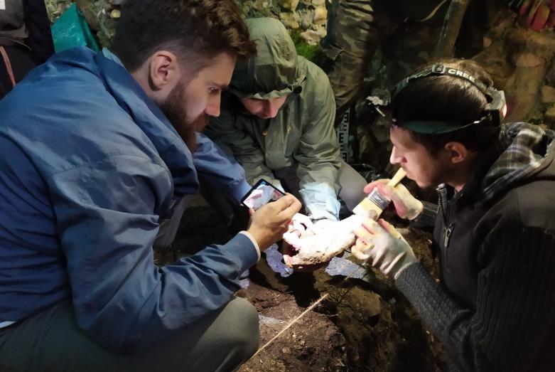 Археологи извлекли часть пифоса из раскопа в башне №39