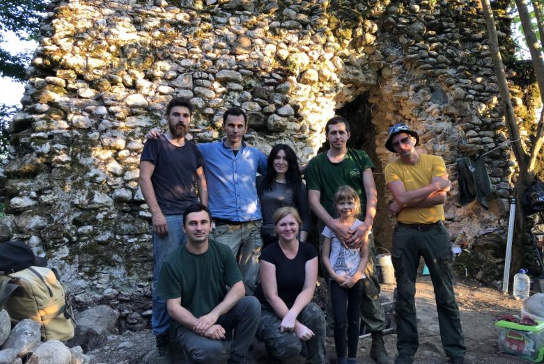"""""""Büyük Abhaz Duvarı"""" projesinin arkeolog ve gönüllülerden oluşan grubu"""