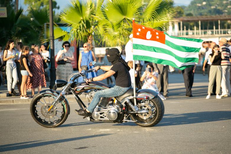 День Государственного флага отметили в Сухуме народными гуляниями