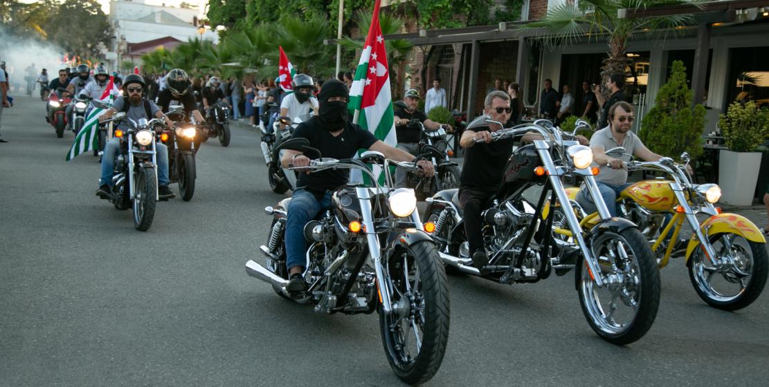 Праздничные мероприятия в честь Дня Флага в Сухуме начались с мото- и велопробега, организованных сообществами «Мото Абхазия» и Ridebike Apsny.