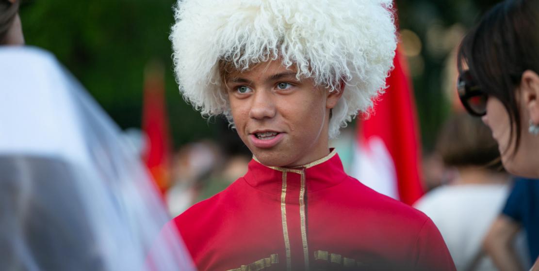 Многие из гостей праздника – и дети, и взрослые – нарядились в национальные костюмы. Некоторые пошили свои наряды специально ко Дню Государственного флага.