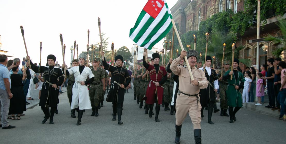 Ключевым событием дня стало народное шествие, которое возглавил Народный артист Республики Абхазии Арвелод Тарба с главным символом страны в руке.