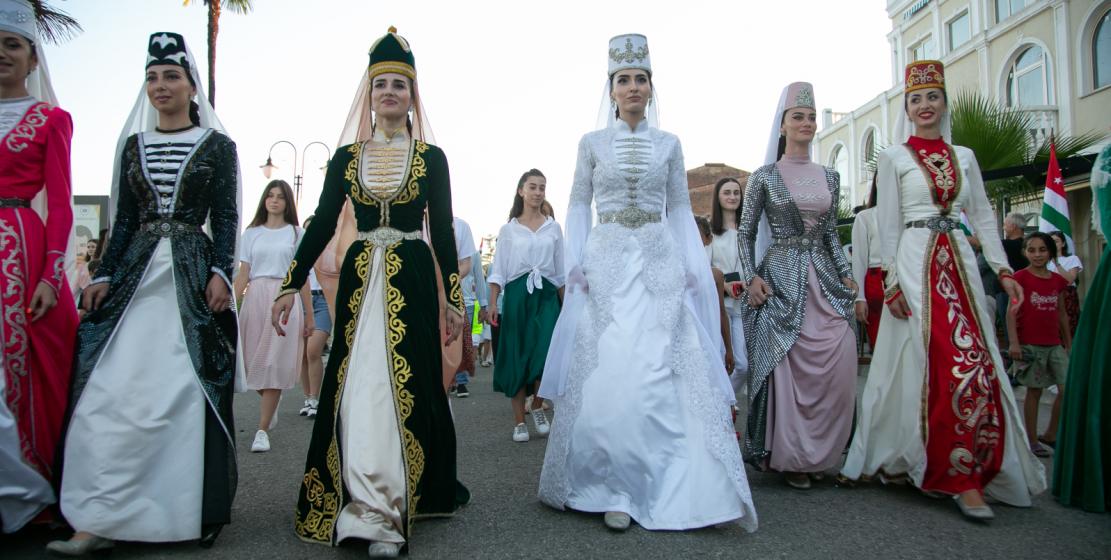В шествии также приняли участие творческие танцевальные коллективы.