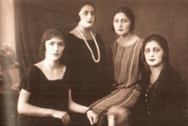 Минере Аслан-Зааде (двоюродная сестра Сарии Лакоба), Сария Лакоба, Васфие Аслан-Зааде (двоюродная сестра Сарии Лакоба), Акиле Аслан-Зааде (двоюродная сестра Сарии Лакоба).