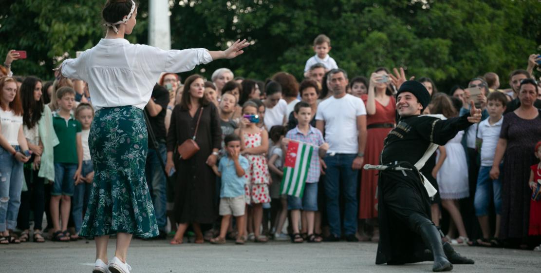 По завершении праздничной программы люди еще долго не расходились: пели национальные песни, танцевали народные танцы и просто тепло общались.