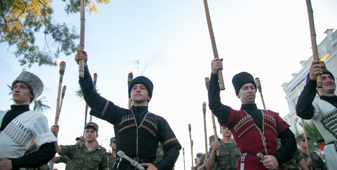 Участниками народного шествия стали факелоносцы в национальной одежде.