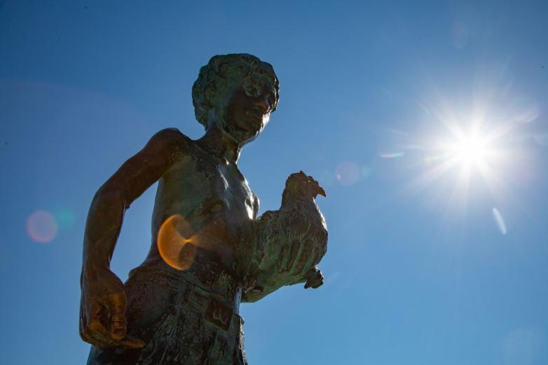 Городская скульптура героя рассказов Фазиля Искандера о Чике на набережной Сухума
