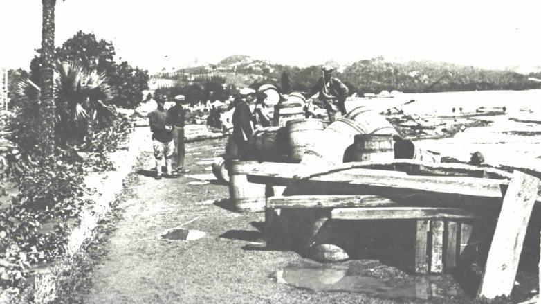 Продажа бочек в порту, Сухум начала ХХ века