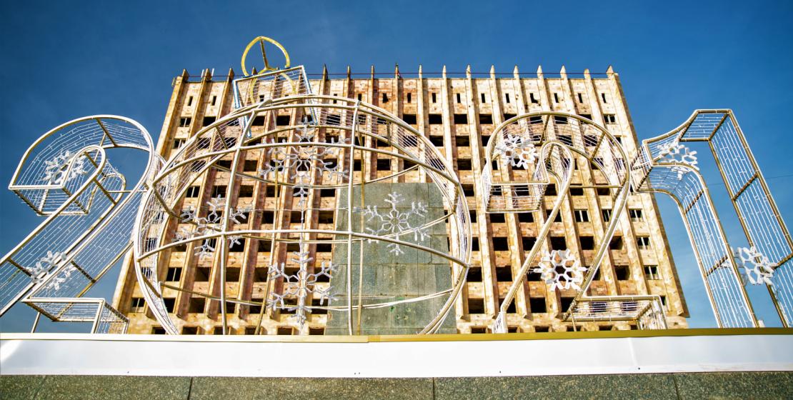 Abhazya Kurtuluş Savaşı sırasında zarar gören Bakanlar Kurulu'nun eski ve yeni binası ile gelecek yılın rakamları, değişimin sembolü ve iyi günlerin umudu olarak ülkenin ana meydanında buluştu.