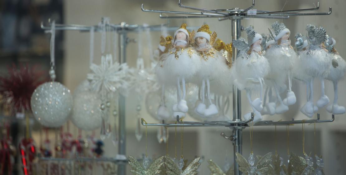 Mağazalarda hem çocuklar hem de yetişkinler, her zevke göre seçilebilen Noel ağacı süslemelerine hayran kalıyorlar.