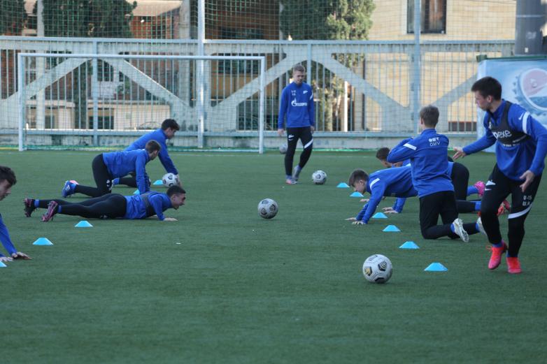 Abhazya Zenit Futbol Akademisi Çocuk ve Genç gurubu futbolcularının eğitimi.