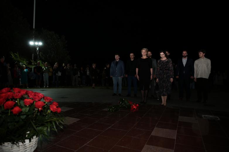 الصورة 5: شارك فريق المؤتمر العالمي لشعب الأباظة في وضع الزهور علىالنصب التذكاري.
