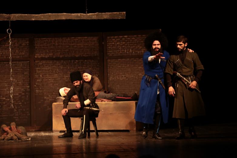 الصورة 1: بدأت الفعاليات في 21 مايو على مسرح الدراما الأبخازي. اذ قدممسرح الشباب عرضا عن الرواية التي تحمل اسم