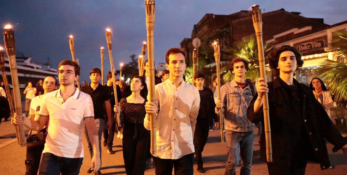 By evening, the Sukhum embankment was filled with people. They gathered on the square named after Sergey Bagapsh and walked in a column along the embankment towards the monument to the victims of the Caucasian War.
