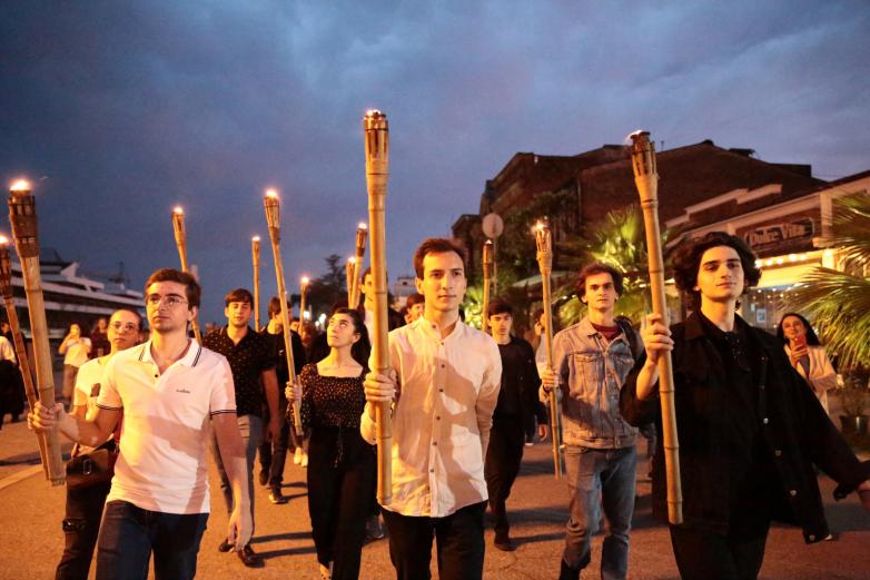 الصورة 3: بحلول المساء، امتلأ رصيف الشاطئ في سوخوم بالناس. تجمعوا في الساحة التي تحمل اسم سيرغي باغابش، وساروا في رتل علىطول الجسر باتجاه النصب التذكاري لضحايا حرب القوقاز.