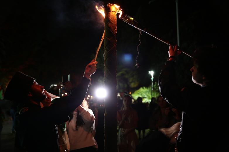 الصورة 11: العائد من تركيا قادير تفاندبا، أوقد شعلة أشاماكا الأبخازيةالتقليدية. وقد ساعده بعض المشاركين في ذلك.