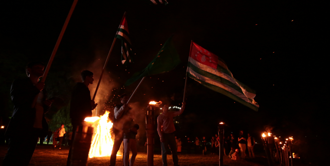 The commemorative events on the Day of Remembrance of the Victims of the Caucasian War concluded with the lighting of the Nart bonfire and the descent of wreaths to the sea.