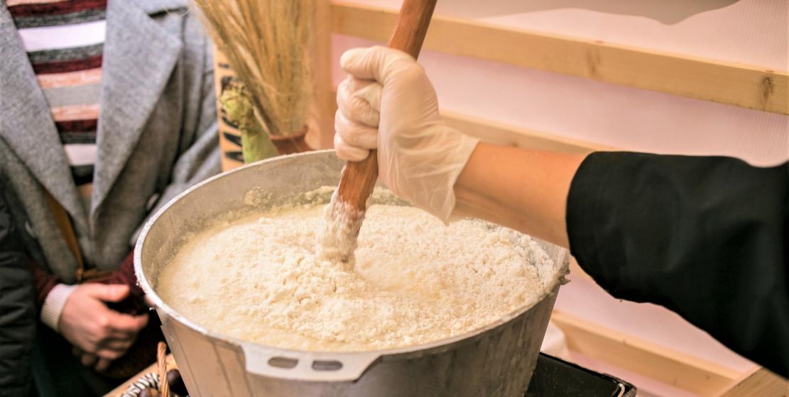 Все желающие могли поучаствовать в различных мастер-классах по приготовлению национальных абхазских блюд. Аиладж (мамалыга с молодым сыром – прим. ред.) был особенно популярен среди гостей праздника