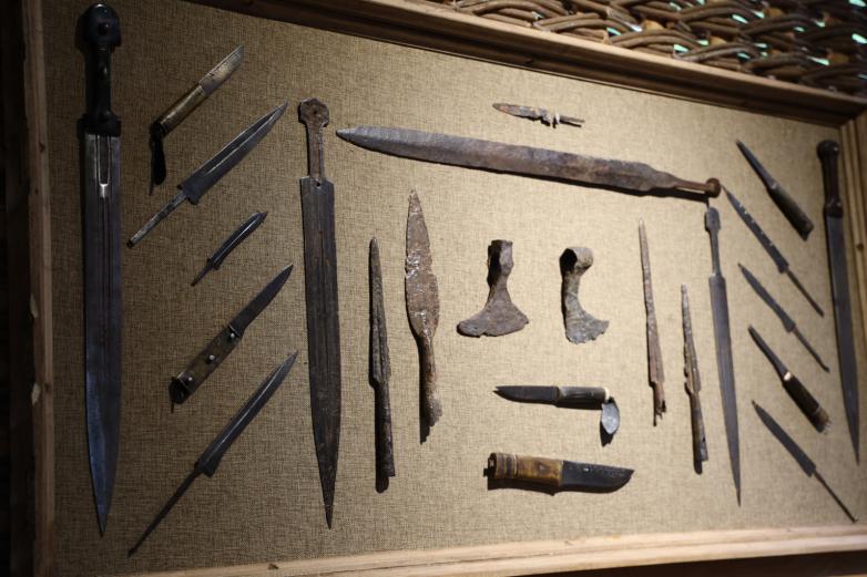 Одна из стен приусадебной апацхи в этнопарке украшена разными видами традиционного оружия.